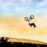 Extremsport Silhouet die van de jonge mens sprong met bmxfiets doen op de achtergrond van heldere hemel Gewaagd ogenblik van het  stock fotografie