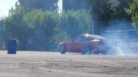 Extremt arbete, bildriva på fäktad asfaltfyrkant och lott av rök utomhus stock video