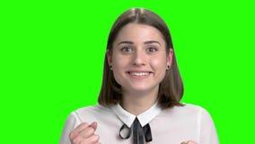 Extremt chockad förvånad stående för ung kvinna stock video