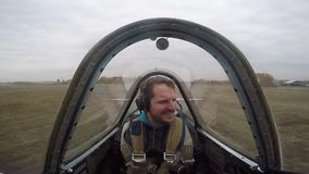 Extremt flyg på en liten sportnivå En man flyger i himlen, sinnesrörelser
