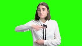 Extremt ilsken flicka med vikt gräla på för armar arkivfilmer