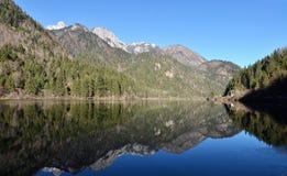 Extremt klar sjö med magiska färger Royaltyfria Foton
