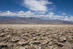 Extremt klimat på golfbanan för jäkel` s i Death Valley, Kalifornien royaltyfria foton