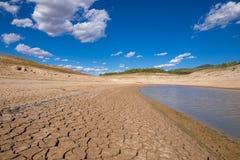 Extremt låg nivåvatten i spansk behållare arkivbilder
