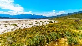 Extremt - lågvattennivå i den Theewaterkloof fördämningen som är en viktig källa för vattenförsörjning till Cape Town royaltyfri foto