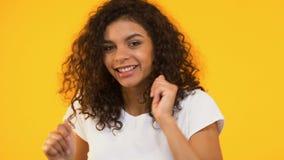 Extremt lycklig blandad-lopp flickadans som firar lycklig dag, inre frihet arkivfilmer