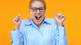 Extremt lycklig chef som firar karriärbefordran, timpenningförhöjning, arbete arkivfilmer