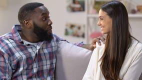 Extremt lycklig man som kramar hans flickvän med den positiva graviditetstestet, glädje stock video