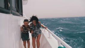 Extremt skott av mamman och sonen p? skeppet i en storm arkivfilmer