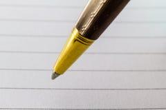 Extremt slut upp av den guld- pennan Fotografering för Bildbyråer
