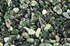 Extremt slut upp av mörkt - grön färgad naturlig stenmatta Olika skuggor och toner av gräsplan Beläggning för dekorativ sten slip arkivfoto