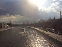 Extremt varm dag i Moskva Moscow flod och Kremlin Arkivbilder