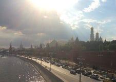 Extremt varm dag i Moskva Moscow flod och Kremlin Royaltyfria Foton