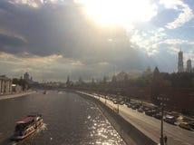 Extremt varm dag i Moskva Moscow flod och Kremlin Arkivfoto