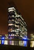 Extérieur commercial d'immeubles de bureaux - vue de nuit Photographie stock libre de droits