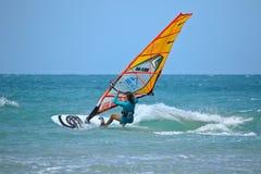 Extrim-femail Windsurfen in Jericoacoara Lizenzfreie Stockbilder