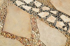 Exture della strada è presentato di piccole pietre bianche rotonde e dei frammenti marroni e neri del granito dai ciottoli con i  immagini stock