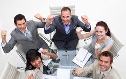 Exuberant commercieel team dat een succes viert Stock Afbeeldingen