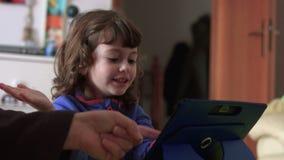 Exultar al niño sincero que juega en un tiro de cierre de la tableta SF metrajes