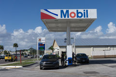Exxon Mobil Gas Station en la noche Foto de archivo