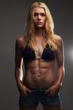 Exy piękna sportowa dziewczyna w cajgów skrótach mięśniowa sprawności fizycznej młoda kobieta Fotografia Stock