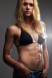 Exy piękna sportowa dziewczyna w cajgów skrótach mięśniowa sprawności fizycznej młoda kobieta Zdjęcie Stock