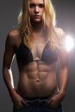 Exy piękna sportowa dziewczyna w cajgów skrótach mięśniowa sprawności fizycznej młoda kobieta Obraz Royalty Free