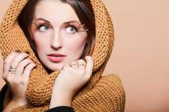 Eye-lashes dei capelli di colore marrone di fascino della ragazza della donna di autunno Fotografie Stock Libere da Diritti