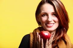 Eye-lashes freschi della ragazza della mela rossa della donna di autunno Fotografie Stock Libere da Diritti