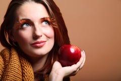 Eye-lashes rossi di fascino della mela della ragazza della donna di autunno Immagini Stock