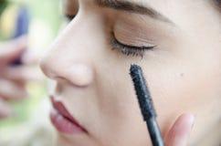 Eye-liner appliqué de femme par le maquilleur Image libre de droits