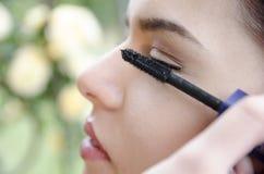 Eye-liner appliqué de femme par le maquilleur photo libre de droits