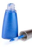 Eye-liner blu liquido isolato su fondo bianco Immagini Stock