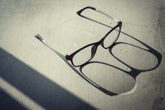 Eye vidros com luz e sombra no assoalho áspero fotos de stock