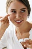 Eyecare e saúde Mulher bonita com lente e caixa de Eyelens Fotografia de Stock
