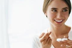 Eyecare e saúde Mulher bonita com lente e caixa de Eyelens Imagem de Stock Royalty Free