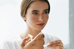Eyecare et santé Belle femme avec Eyelens et boîte de lentille Images stock