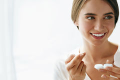 Eyecare I zdrowie Piękna kobieta Z obiektywem I Eyelens pudełkiem Obraz Royalty Free