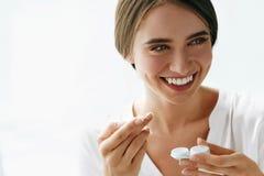 Eyecare y salud Mujer hermosa con la lente y la caja de Eyelens Imagen de archivo libre de regalías
