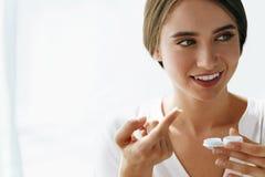 Eyecare y salud Mujer hermosa con la lente y la caja de Eyelens Imagenes de archivo