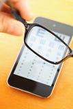 Eyechart sullo schermo mobile con gli occhiali Fotografie Stock Libere da Diritti