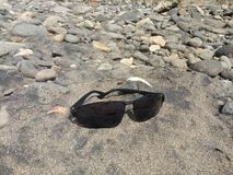 eyeglass obiektywy na rzecznym piasku obrazy royalty free