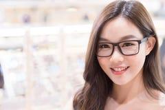 Eyeglasses ένδυσης γυναικών ομορφιάς Στοκ εικόνες με δικαίωμα ελεύθερης χρήσης
