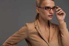 eyeglasses ανασκόπησης θηλυκό πέρα από το λευκό Όμορφη γυναίκα στα γυαλιά μόδας, Eyewear Στοκ Εικόνα