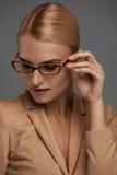 eyeglasses ανασκόπησης θηλυκό πέρα από το λευκό Όμορφη γυναίκα στα γυαλιά μόδας, Eyewear Στοκ Φωτογραφίες