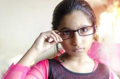 eyeglasses ανασκόπησης μπλε ελαφριά φθορά κοριτσιών Στοκ φωτογραφία με δικαίωμα ελεύθερης χρήσης