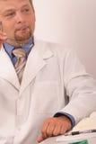 eyeglasses γιατρών κράτημα Στοκ εικόνα με δικαίωμα ελεύθερης χρήσης