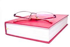 Eyeglasses και κόκκινα βιβλία. Στοκ Εικόνα