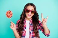Eyeglasses κοριτσιών πορτρέτου οι όμορφες μοντέρνες καθιερώνουσες τη μόδα eyewear καλοκαιρινές διακοπές ελεύθερου χρόνου βαρύ μετ στοκ εικόνα με δικαίωμα ελεύθερης χρήσης