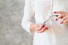Eyeglasses λαβής γυναικών eyewear χόμπι ανάγνωσης στοκ φωτογραφίες